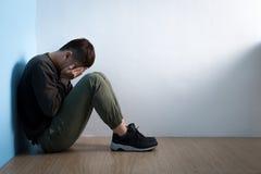 Depresja mężczyzna siedzi na podłoga fotografia royalty free
