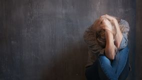 Depresja, nadużycie Kobiety obsiadanie z rękami na ona kierownicza obraz stock