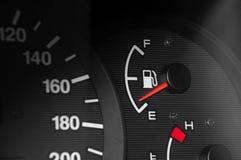 Depresja paliwowi czytania na samochodowej desce rozdzielczej obraz stock