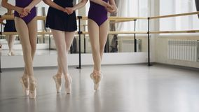 Depresja strzał kobieta iść na piechotę w baletniczych butów nauczyciela i uczni tanu na tiptoe robi krokom na podłoga w sala bal zbiory