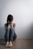 Depresji kobieta siedzi na podłoga fotografia royalty free