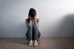 Depresji kobieta siedzi na podłoga zdjęcie royalty free