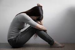 Depresji kobieta siedzi na podłoga zdjęcie stock