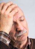 depresji starsza migrena odizolowywający mężczyzna cierpienia biel Zdjęcie Stock
