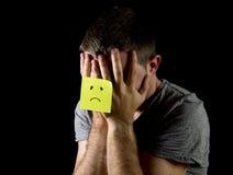 Depressão de sofrimento e esforço do homem novo apenas com nota de post-it triste da cara Fotografia de Stock Royalty Free
