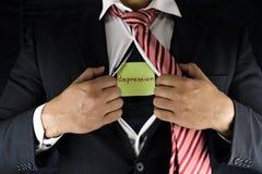 Depressão escondendo Um homem no terno e na abertura vermelha do laço e em desabotoar sua camisa interna para revelar sua depress fotografia de stock royalty free