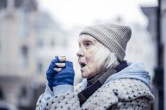 Depressed åldrades kvinnalidande från kall temperatur fotografering för bildbyråer