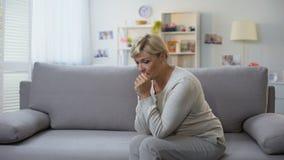 Depressed åldrig kvinna som bara sitter hemmastadd svår tid, upplösningssorg stock video