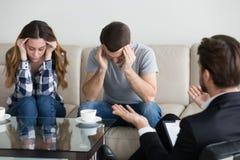 Depressed kan den frustrerade parfamiljen t lösa förhållandepr arkivfoton