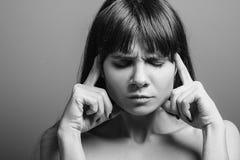 Depressed utmattad trött stående för sinnesrörelsekvinna royaltyfri fotografi