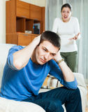 Depressedg-Kerl, der auf Frau hört Stockbild