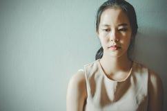 Depressie jonge vrouwelijke tiener die probleem voelen hebben misbruikt die aan zitting alleen in de donkere ruimte, Huiselijk ge royalty-vrije stock foto