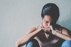 Depressie jonge vrouwelijke tiener die probleem voelen hebben misbruikt die aan zitting alleen in de donkere ruimte lijden stock foto's