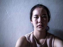Depressie jonge vrouwelijke tiener die probleem voelen hebben misbruikt die alleen aan zitting lijden, Huiselijk geweld, familiep stock afbeeldingen