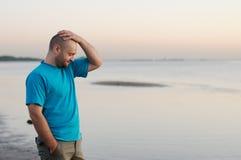 Depressie - Mens die zich door het overzees bevindt Stock Afbeelding