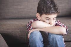 Depressieconcept met droevig jong geitje stock foto