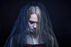 Depressief jong meisje die zwarte sluier dragen royalty-vrije stock afbeelding