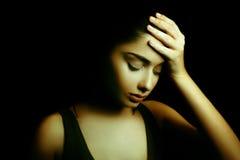 depression Jovem mulher triste com a cara na obscuridade Imagens de Stock