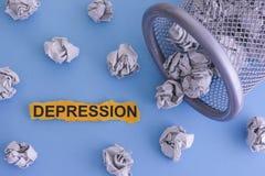 depression O cinza amarrotou desenrolar de papel das bolas de um balde do lixo imagens de stock royalty free