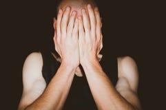 depression Tampa deprimida do homem sua cara com suas mãos fotografia de stock