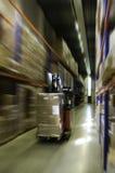Depressione dell'azionamento del carrello elevatore il magazzino Fotografia Stock