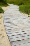 Depressione di legno del sentiero per pedoni le dune alla spiaggia fotografie stock