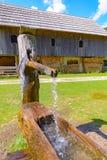 Depressione di legno tradizionale dell'acqua, pozzo d'acqua con la depressione in alpi europee, Slovenia Immagini Stock Libere da Diritti