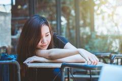 Depressione di seduta dell'adolescente della gioventù dell'Asia sulla sedia Fotografia Stock
