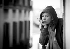 Depressione e sforzo di sofferenza della giovane donna all'aperto al balc Fotografie Stock Libere da Diritti