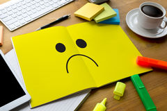 Depressive emoci pojęcie, smiley twarzy emoticon drukował depr Zdjęcie Stock
