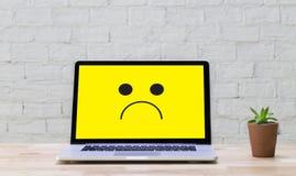 Depressive emoci pojęcie, smiley twarzy emoticon drukował depr Obraz Stock