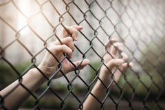 Depresso, difficoltà e soluzione Le donne passano sul recinto del collegamento a catena fotografie stock