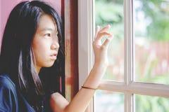 Deprima e ragazza disperata con assente occupato di fotografia stock libera da diritti