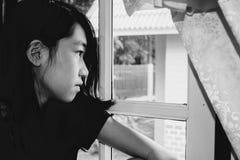 Deprima e ragazza disperata con assente occupato di immagine stock libera da diritti