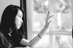 Deprima e ragazza disperata con lo sguardo occupato di assente fuori immagine stock