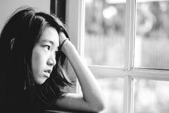Deprima e ragazza disperata con lo sguardo occupato di assente fuori fotografie stock libere da diritti