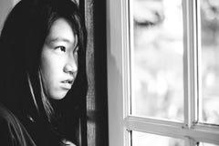 Deprima e ragazza disperata con lo sguardo occupato di assente fuori fotografie stock