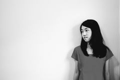 Deprima e ragazza disperata con lo sguardo occupato di assente giù il supporto fotografia stock
