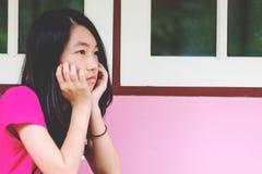 Deprima e seduta disperata all'aperto, assente della ragazza occupato di fotografia stock libera da diritti