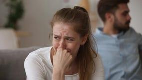 Deprimente gridare la moglie della giovane donna si è rovesciato circa le lotte della famiglia stock footage