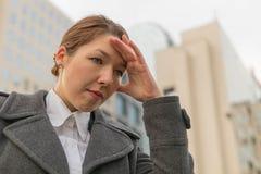Deprimerad affärskvinna på stadsgatan royaltyfri fotografi
