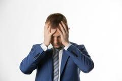 Deprimerad affärsman med att rymma hans huvud i händer royaltyfri foto