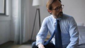 Deprimerad affärsman som hem går tillbaka från arbete arkivfilmer