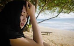 Deprimerad asiat i havskusten Royaltyfri Foto