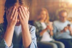 Deprimerad dotter i sammanlagd okunnighet av egoistiska föräldrar Royaltyfria Foton