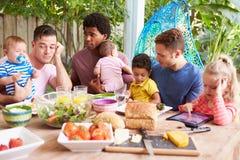 Deprimerad fader With Baby Talking till vänner Royaltyfria Foton