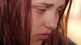Deprimerad flicka hemma flicka nära SAD fönster lager videofilmer