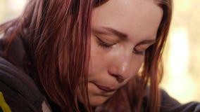 Deprimerad flicka hemma flicka nära SAD fönster stock video