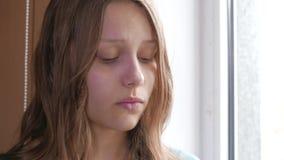 Deprimerad flicka hemma flicka nära SAD fönster 4k UHD lager videofilmer
