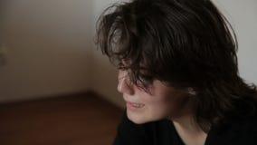 Deprimerad flickagråt stock video